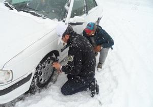 امداد رسانی پلیس سرعین به خودروهای گرفتار در برف